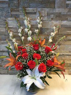 Arreglo en florero con Lilium, rosas e ilusión
