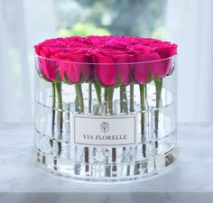 Experience the elegance of Via Florelle flowers. Send roses to someone in the United States, or have flowers delivered in Los Angeles. Ecuadorian Roses, Send Roses, Modern Flower Arrangements, Flowers Delivered, Acrylic Box, Gras, Flower Boxes, Boquette Flowers, Ikebana