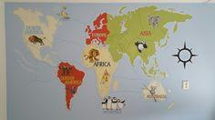 Muurschildering Thom. Wereldkaart met dieren per continent.