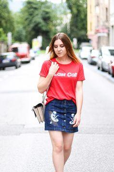 Jeansrock mit Stickerei, Last Call T-Shirt, Streetstyle Innsbruck, Schutz High Heels, Gucci Dionysus, Modeblog, Fashion Blog,…