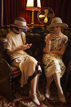 Downton Abbey: Lady Mary and Lady Rose. Behind the Scenes Season 5 Downton Abbey Costumes, Downton Abbey Fashion, Dowager Countess, Retro Mode, Looks Vintage, Period Dramas, Behind The Scenes, Vintage Fashion, Celebrities