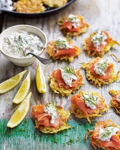 Forget blinis – when it comes to dinner party nibbles, it's all about these crisp, rösti-style potato pancakes topped with smoked salmon and fresh horseradish cream. Smoked salmon latkes with Scandinavian horseradish cream Christmas Canapes, Fingerfood Baby, Mezze, Nibbles For Party, Horseradish Cream, Horseradish Recipes, Scandinavian Food, Good Food, Yummy Food