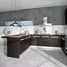 cuisine moderne en gris taupe et bois massif par Paola Navone, suspensions métalliques et sol gris