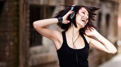 Musik-Auch in der Medizin wird immer mehr auf Musik als therapeutisches Mittel gesetzt. Wenn wir verliebt sind, hören wir gerne Herz-Schmerz-Balladen. Schönes Wetter verlangt nach heiteren Klängen. Zu jeder Stimmung gibt es die passende Musik. Harte Rhythmen bringen das Herz zum Rasen, sanfte Melodien beruhigen. Wir wissen instinktiv, welche Wirkung die jeweilige Musik im Körper und vor allem im Gehirn auslöst. Wir setzen sie gezielt ein, um unserer Stimmung Luft zu machen oder sie zu…