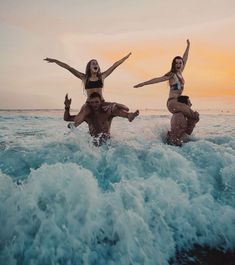 Playing chicken at sunset bff goals, best friend goals Photos Bff, Best Friend Photos, Best Friend Goals, Best Friend Couples, Squad Photos, Cutest Couples, Beach Aesthetic, Summer Aesthetic, Travel Aesthetic