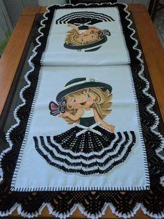 Caminho de mesa de 1,50m feito em brim leve branco com aplique em crochê na saia da bonequinha.Faço da cor da sua preferência!