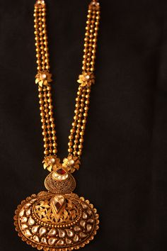 The gold balls long haram, triple gold beaded chain with delicate floral clasps is attached to filigree work gold pendant and adorned with kundan stones Antique Jewellery Designs, Gold Jewellery Design, Antique Jewelry, Gold Jewelry, Jewelery, Jewellery Diy, Gold Necklace, Designer Jewelry, Antique Gold