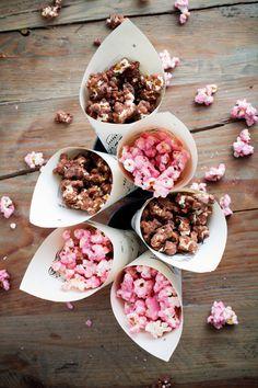 Lag den søteste godteribaren til bryllupet Baby Tea, Food Park, Candy Display, Tumblr Food, Gourmet Popcorn, Food Gifts, Luau, Clean Eating, Food And Drink