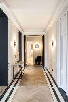 Modern elegance black and white apartment in Paris PUFIK Beautiful Interiors Online Magazine Modern Classic Interior, Modern Interior Design, Hall Interior, Apartment Interior Design, Luxury Interior, Apartment Ideas, Flur Design, Corridor Design, Corridor Ideas