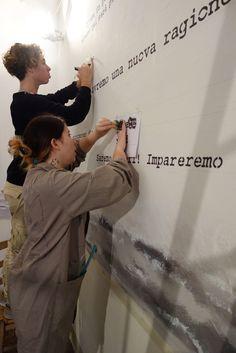 Gli studenti Sara Bini e Nicola Galli Della classe 4B di Arti Figurative del Liceo Artistico Stagio Stagi di Pietrasanta , mentre eseguono il murales all'interno dell'Enoteca Marcucci di Pietrasanta, tappa del percorso della mostra Gabbia-NO, visibile in piazza Duomo e nella chiesa di Sant'Agostino dall'11 dicembre al 7 febbraio 2016.
