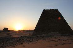 En el actual territorio de #Sudan, antiguamente reinó una cultura que cuenta con el mayor número de #piramides erigidas en el continente africano. Un privilegio que le corresponde a la cultura Kush o #Nubia. Un reino que en su apogeo se extendía desde Asuán, al sur de Egipto, hasta Karima, en Sudán, a lo largo del río Nilo. En la isla de #Meroe, la antigua capital de esta civilización que convivió con egipcios y romanos, se han contabilizado cerca de medio centenar de estas construcciones.