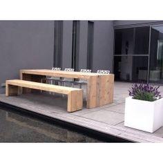Der Bauholz Gartentisch Wismar hat anstelle von Beinen an beiden Seiten Wangen. Durch die ca. 9 cm breiten Leisten an jeder Seite wirkt der Tisch massiver