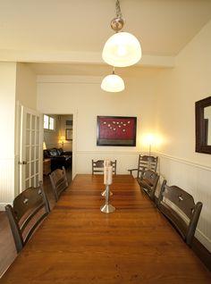Salle à manger avec une grande table pouvant vous accueillir.