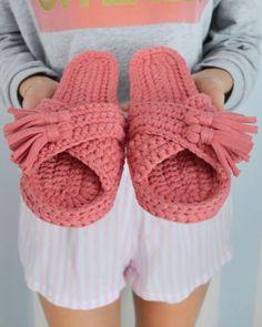 Simple knit tunic pattern crochet slippers – Page 2 of 50 – hotcrochet .com - Schuhe Crochet Sandals, Knitted Slippers, Crochet Slippers, Knitted Bags, Crochet Slipper Pattern, Crochet Motif, Crochet Patterns, Free Crochet, Crochet Flip Flops