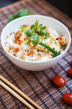 Smažená rýže  Na 4 menší porce budete potřebovat:400 ml vody, 300 g jasmínové rýže, 4 lžíce oleje, 3 vejce, 1 cibuli, svazek lahůdkové cibulky, 250 g zeleniny (brokolice, mrkev, kukuřice, pórek...), čerstvý koriandr, cherry rajčátka, sůl, pepř