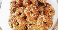 Τα σουσαμένια αυτά κουλουράκια είναι πανεύκολα, νόστιμα και τραγανά και όλοι θα τα λατρεύσουν. Είναι ό,τι πρέπει να συνοδεύσουν το απογευ... Sesame Cookies, Tahini, Onion Rings, Doughnut, Food And Drink, Honey, Ethnic Recipes, Desserts, Tailgate Desserts