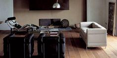 RÅDYR: LC 2 sofa fra Cassina, designet av Le Corbusier 1928. Design klassiker. Orginal sofa inngraveres med designernavnet i stålrammen, samt man får med et serfikat på at det er en original, kr 107.000 i skinn, Møbelgalleriet Stavanger.