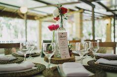 Detalhes decoração mesa com menu personalizado.   #menu #weddingdecor #creativewedding  Papelaria: O Papeleiro Decoração: Casório DF Fotografia: Diogo Perez