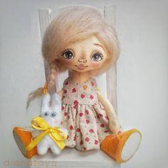 Куколка ищет дом. Добрый вечер, #инстамир ! Вот так вот мы умеем сидеть…