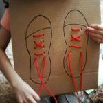 Recycle / upcycle een kartonnen doos. Maak van karton een veterbord om je veters te leren strikken. Goedkope knutsel tip van Speelgoedbank Amsterdam voor kinderen en ouders. Budget / goedkoop knutselen.
