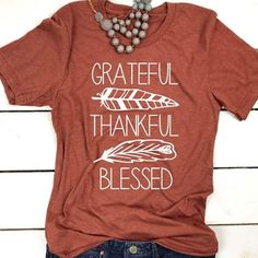 Feather Design, Feather Print, T Shirt Citations, Cute Shirt Designs, Look T Shirt, Thankful And Blessed, Grateful Heart, Vinyl Shirts, Fall Shirts