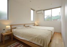 この写真「無印良品のベッドで優しい空気に包まれた寝室」はfeve casa の参加建築家「鐘撞正也/フリーダムアーキテクツデザイン株式会社」が設計した「透る家」写真です。「ナチュラル」に関連する写真です。「シンプルモダンな家 」カテゴリーに投稿されています。
