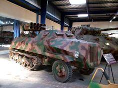 Panzerwerfer 42, Германия. Производился в 1943–1944 годах. РСЗО на бронированном (толщина брони 8–10 мм) шасси переоборудованного специального автомобиля Opel Maultier. Масса 7,1 тонны, экипаж 4 человека. Вооружение: 10 15-см ПУ реактивных снарядов с дальностью стрельбы до 7 км, 7,92-мм пулемёт