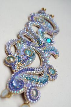 ancora un bracciale realizzato lo scorso anno per partecipare ad un concorso internazionale.  Bead embroidery per un bracciale che adoro, un...