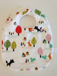 Forêt, chien, loup, arbre. Bavoir enfant qui se ferme à l'aide d'une pression…