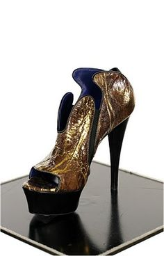 RAPHAEL YOUNG: URBAN HAUTE COUTURE SHOES. A perfect style mixed between Star Wars and a futuristic way of life... love it!!!