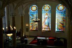 Nap képe: szépséges, harminc négyzetméteres ólomüveg ablakot kapott a Szent Margit Gimnázium kápolnája