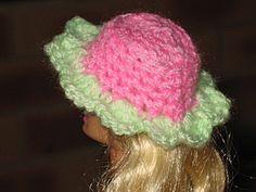 Bonjour à tous et à toutes, Aujourd'hui je vous montre une série de chapeaux (3 lots) que j'ai confectionnés pour notre miss, vous savez réaliser de belles tenues pour vos poupées, mais vous avez des difficultés pour lui faire des chapeaux, qu'à celà...