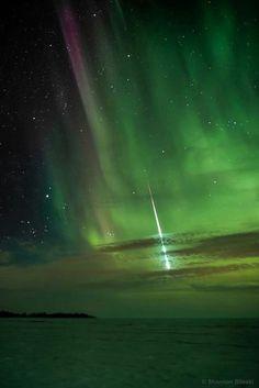 Aurora boreal e meteoro