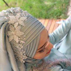 Alemdağ Cad no 78 Ümraniye çarşı 💜 90 . Wedding Hijab Styles, Disney Wedding Dresses, Pakistani Wedding Dresses, Hijab Gown, Turban Hijab, Bridal Hijab, Hijab Bride, Muslim Brides, Muslim Girls