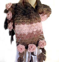Écharpe au crochet est orné de roses de forme libre 3D au crochet et dune frange de la feuille. Les couleurs sont brun chocolat foncé, moka et poussière rose. Une combinaison de ces couleurs terreuses et naturelles semble magnifique. Un séparé supplémentaire est passé comme une broche est gratuite. Vous pouvez lutiliser avec cette écharpe ou le porter comme un bracelet. Peut être utilisé comme un châle de prière. Je lui ai donné un nom « Ma Rose Garden ». En laine très douce et chaude…