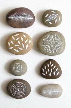 Bastelideen bemalte Steine Natur Motive Feder und Blätter