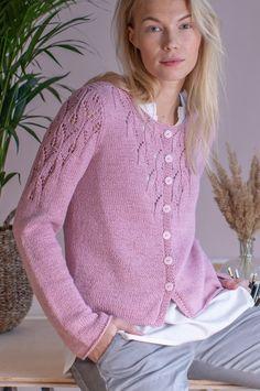Koftan med ett fint spetsmönster i ärmarna, halsen och i ryggen är stickad i bandgarnet Novita Soma. Sweater Knitting Patterns, Knitting Stitches, Knitting Designs, Knit Patterns, Crochet Coat, Knitted Coat, Crochet Blouse, Cardigan Design, Cardigan Pattern
