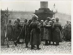 El batallón femenino en la Plaza del Palacio, octubre de 1917, Petrogrado