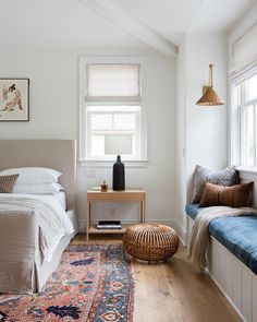 Cosy Home Interior eclectic bedroom design // boho inspired bedroom decor // hardwood floors // built in window bench.Cosy Home Interior eclectic bedroom design // boho inspired bedroom decor // hardwood floors // built in window bench Br House, Cozy House, Farmhouse Style Bedrooms, Design Living Room, Design Bedroom, Home Bedroom, Modern Bedroom, Eclectic Bedrooms, Bedroom Ideas