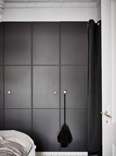 44 Genius IKEA Bedroom Hacks You'll Love :: an IKEA Pax wardrobe with black molded doors and metal knobs for a minimalist space Ikea Pax Wardrobe, Ikea Closet, Bedroom Wardrobe, Wardrobe Doors, Pax Closet, Wardrobe Storage, Built In Wardrobe, Bedroom Hacks, Ikea Bedroom