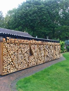 Created by Stuart Merrills. Diy Log Store, Wood Store, Stacking Firewood, Firewood Storage, Cordwood Homes, Log Wall, Wall Exterior, Dream Beach Houses, Wood Shed