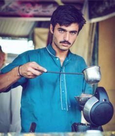 """Image copyright                  Javeria Ali                  Image caption                                      Arshad Khan, de 18 años, vende té en el mercado libre de los domingos en Islamabad.                                A un atractivo """"chai wala"""" (vendedor de té callejero) paquistaní le cambió la vida de la noche a la mañana luego de que"""