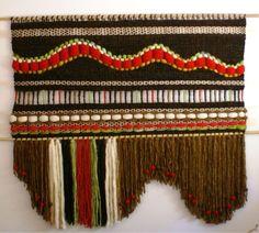 Telaresytapices......arte textil.... Pin Weaving, Weaving Art, Tapestry Weaving, Loom Weaving, Basket Weaving, Weaving Textiles, Weaving Patterns, Making Friendship Bracelets, Art Textile