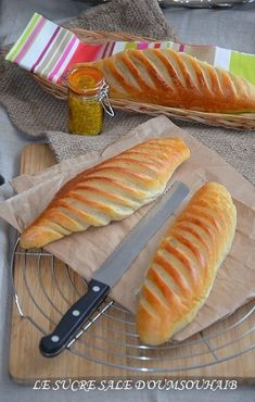 Pains viennois au levain bien moelleux et bien léger, une recette du chef pâtissier Eric Kayser! Cooking Bread, Cooking Chef, Cooking Recipes, Brunch Dessert Recipe, Ensaymada Recipe, Chefs, Food Menu Design, Sweet Cooking, Football Food