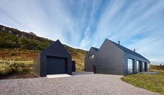 Black Colbost House von Dualchas Isle of Skye «Inhabitat – Green Design, Inno … - Moderne Hauser - Wohnhaus Architektur Black Shed, Black House, Residential Architecture, Architecture Design, Contemporary Architecture, Architecture Panel, Drawing Architecture, Architecture Portfolio, Building Design