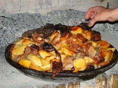 Lamb with vegetables baked in tradinional Peka Croatian Cuisine, Croatian Recipes, Eastern European Recipes, Baked Vegetables, Food Concept, Trieste, Sea Food, Greek Recipes, Creative Food