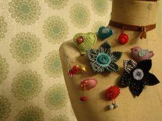 Fijne textieljuweeltjes en aaibare accessoires van onze Violent Knitting Femme op de markt in Ename op 23 en 24 juni aan het erfgoedcentrum. #juwelen #accessoires #textiel