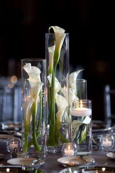 diferetes cilindros con flores y velas