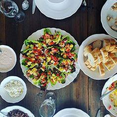 Olemme hieman lipsuneet kevyistä lounaista täällä reissussa, salaatit ovat vaihtuneet parmesankanaan, ihaniin tapaksiin (jotka ovat valtavia täällä!) ja muihin herkkuihin. Maanantaina suunnittelimme