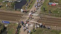 Parte del pelotón de la Paris-Roubaix, bloqueado en un paso a nivel